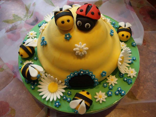 Motivtorte Bienenstock mit Glückskäfer und Bienen
