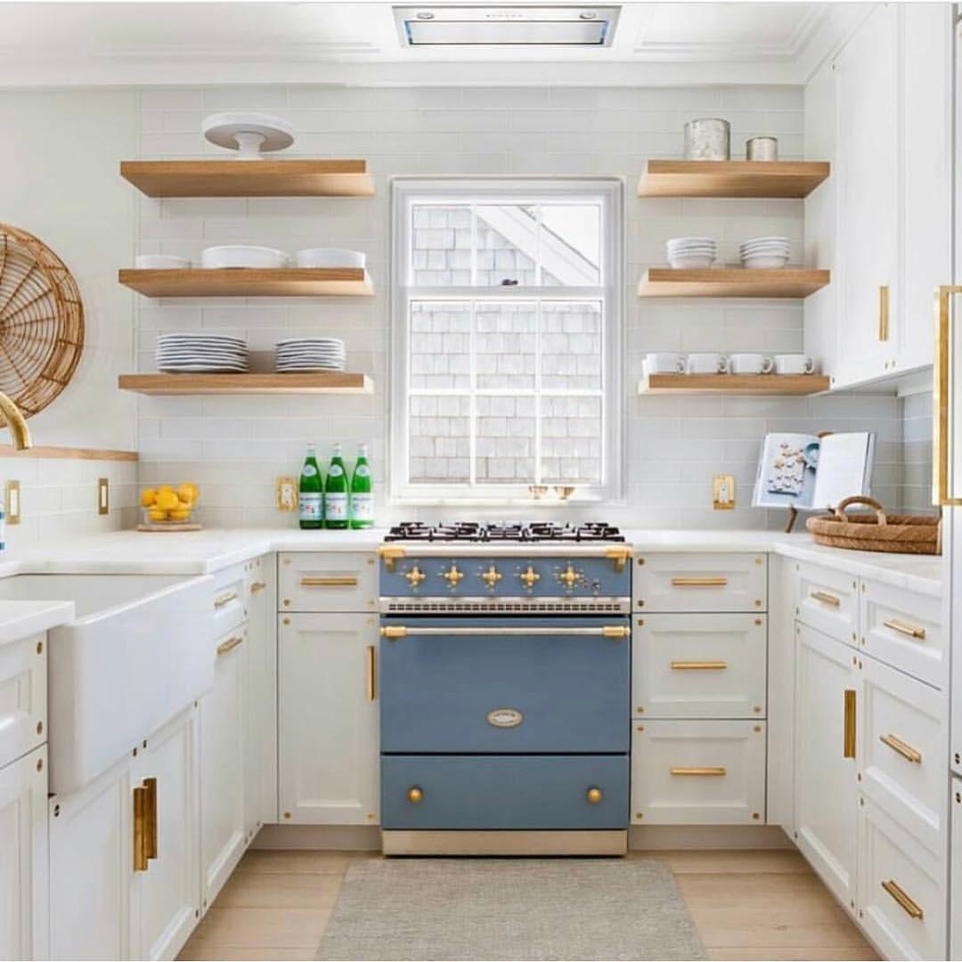 Dengan dominasi warna cat putih memberikan kesan kitchen set yang bersih