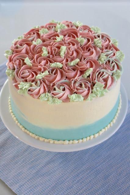Rosen-Buttercreme-Torte mit Biskuitboden