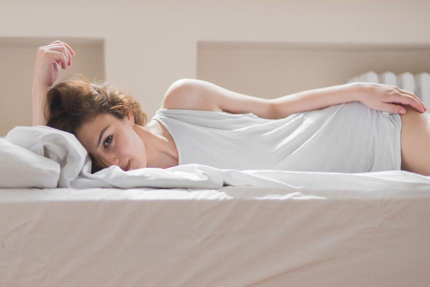 cewek seksi tidur dan hot manis di ranjang