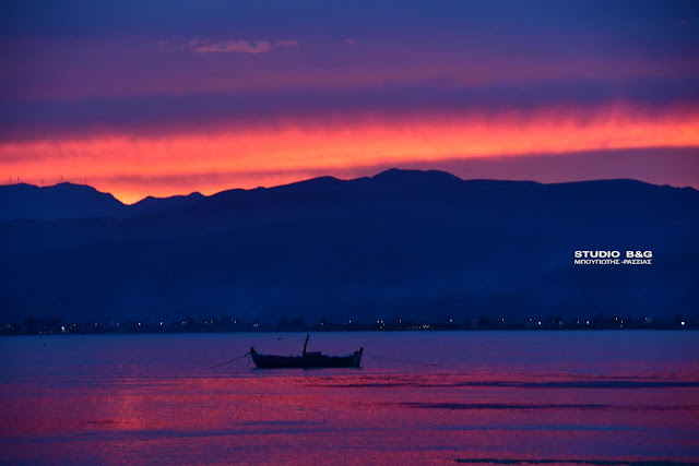 Ηλιοβασίλεμα στο Ναύπλιο βγαλμένο από πινάκα ζωγραφικής (βίντεο)