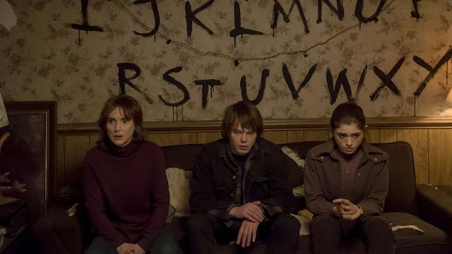 Winona Ryder a la izquierda, en el papel de madre coraje, junto a otros de los jóvenes protagonistas
