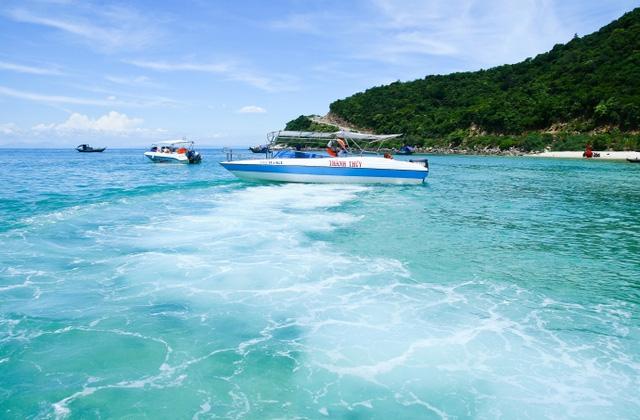 Các bãi biển trải dài với nước xanh, cát trắng tại Cù Lao chàm