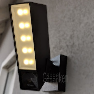 Netatmo Presence (Überwachungkamera) fertig montiert. LEDs leuchten leicht.