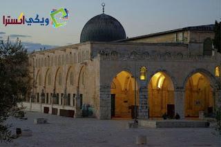 احد اهم مباني المسجد امره ببناءه عمر بن الخطاب له قبه رصاصيه