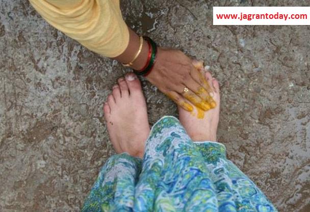 Bujurgon ke Pair Chhune se Milti Hai Sakaratmak Urja