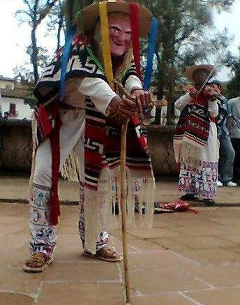 Foto de hombre bailando la danza de los viejitos