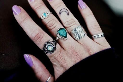 Uma lua crescente destaque é mostrado sobre o portador do anel do dedo.
