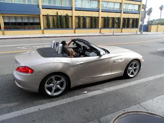 Carros humildes transitando pela Rodeo Drive