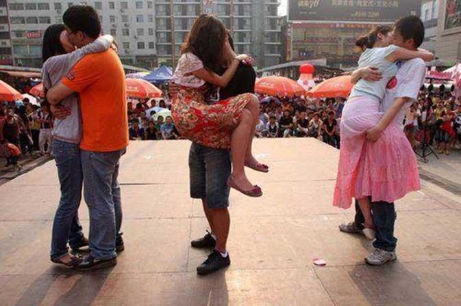 Lomba-Paling-Aneh-di-China-ciuman-terlama