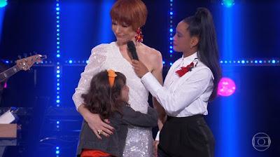 Babi Xavier recebe abraço emocionado da filha, Cinthia