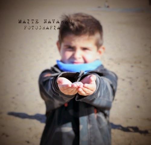 Niño con una concha en las manos