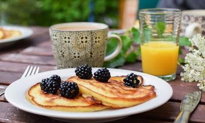 Desayuno de tortitas o pancakes con fruta