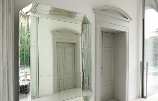 A reflective interior with glass and mirrors home appliance - Pareti a specchio ...