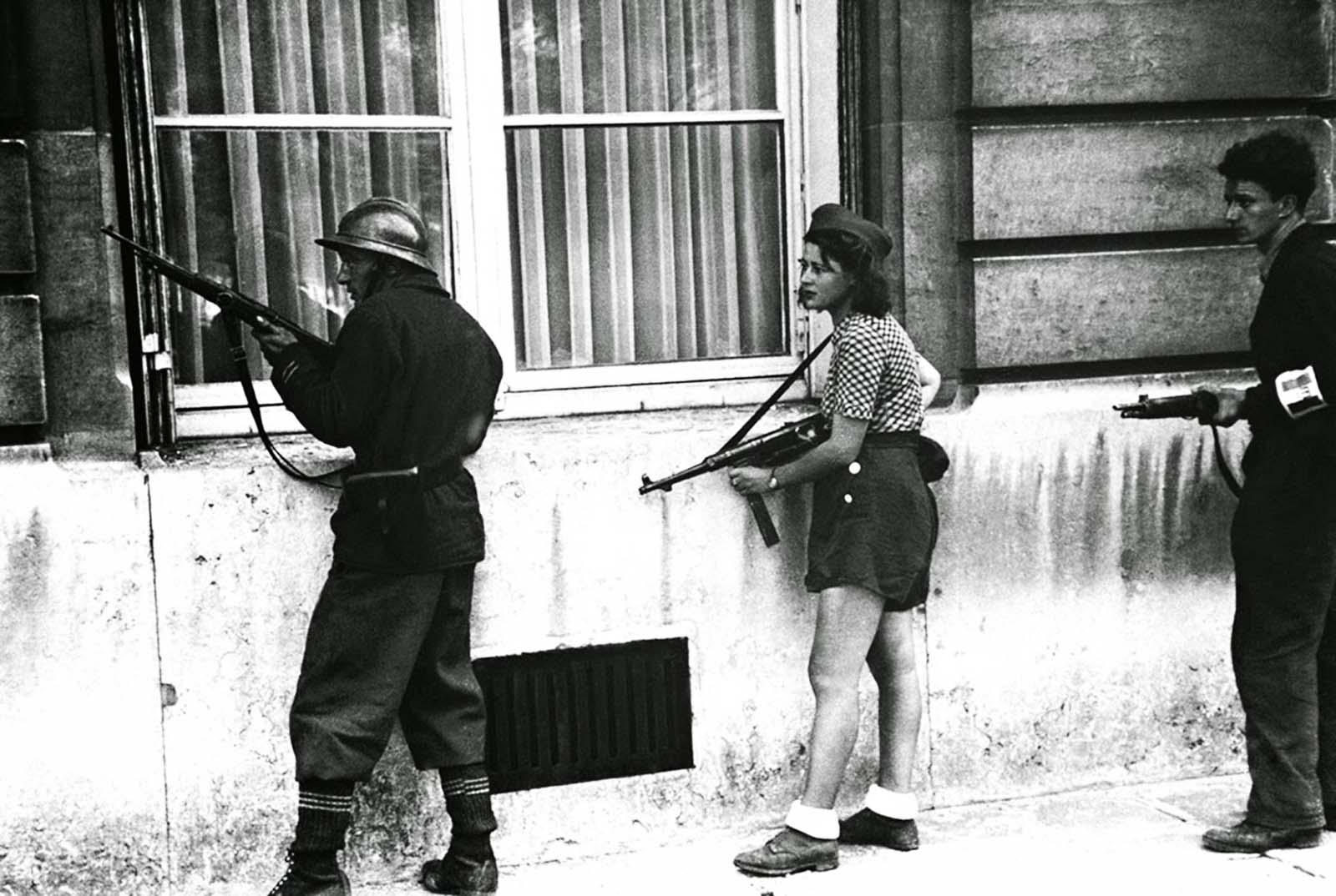 Simone aparece fotografiada cubriéndose durante la liberación de París en agosto de 1944.