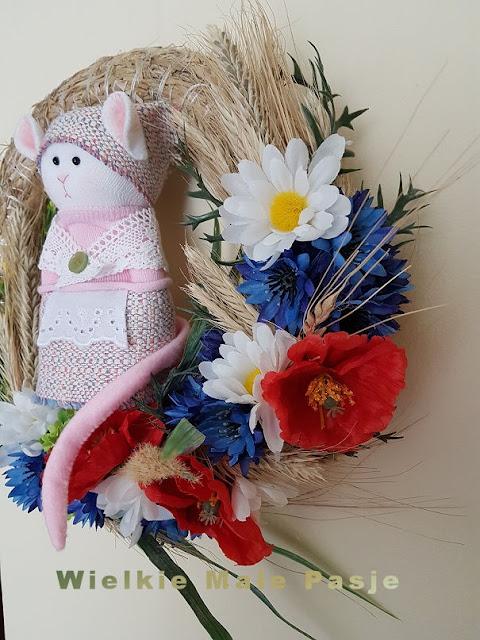 skarpetkowa lalka, skarpetkowe lalki, pluszak mysz, mysz polna, biała mysz,  zabawki ręcznie szyte, pluszaki , lato, polne kwiaty, wianek, wianek  z polnych kwiatów, wianek do domu, len, naturalne tkaniny, wianek ręcznie robiony, skarpetkowa mysz, mysz ze skarpetki, носовая кукла, куклы-носки, плюшевая мышь, полевая мышь, белая мышь, сшитые вручную игрушки, чучела животных, лето, полевые цветы, венок, венок из цветочных венков, домашний венок, лен, натуральные ткани, искусственный венок, носовая мышь, мышь, sock doll, sock dolls, plush mouse, field mouse, white mouse, hand-sewn toys, stuffed animals, summer, field flowers, wreath, wild flowers wreath, home wreath, flax, natural fabrics, hand-made wreath, sock mouse, mouse, calcetín, muñecas calcetín, felpa ratón, ratón de campo, ratón blanco, juguetes cosidos a mano, animales de peluche, verano, flores de campo, corona, corona de flores silvestres, guirnalda hogar, lino, telas naturales, corona hecha a mano, calcetín ratón, ratón
