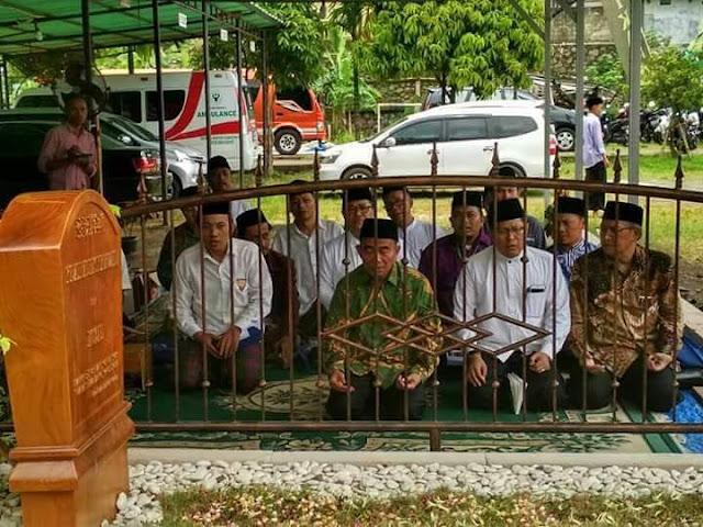 Mendikbud Muhadjir Pimpin Tahlil di Kuburan KH Hasyim Muzadi