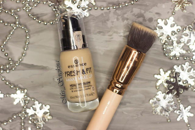 New year make-up 2018, step 11: Essence Fresh & Fit Awake Make Up Foundation 20 Fresh Nude
