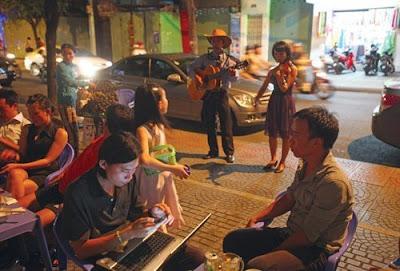 Gánh hát rong chơi đàn violin giữa Sài thành