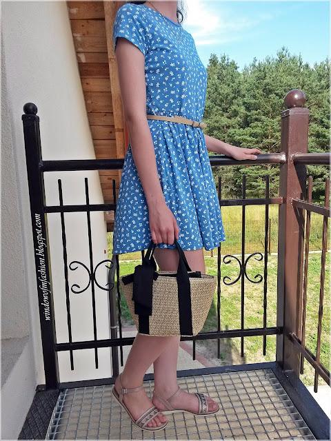 Sukienka z krótkim rękawem, torebka koszyk, pasek, sandały