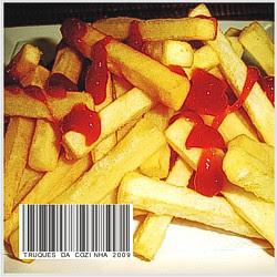 Batatas fritas de fast food tipo McDonalds com ketchup