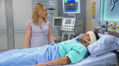 Regina se disfarça e vai ver Otávio no hospital - Crédito: Reprodução/SBT
