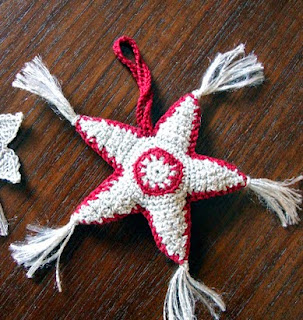 http://creacionesbatiburrillo.blogspot.com.es/2014/11/estrellas-navidad-crochet.html