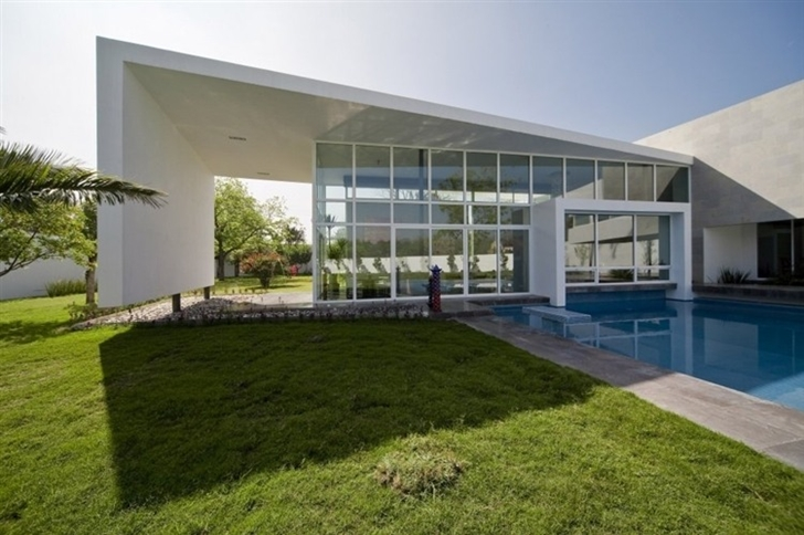 Glass and concrete facade of Beautiful white house by 7xa Taller de Arquitectura