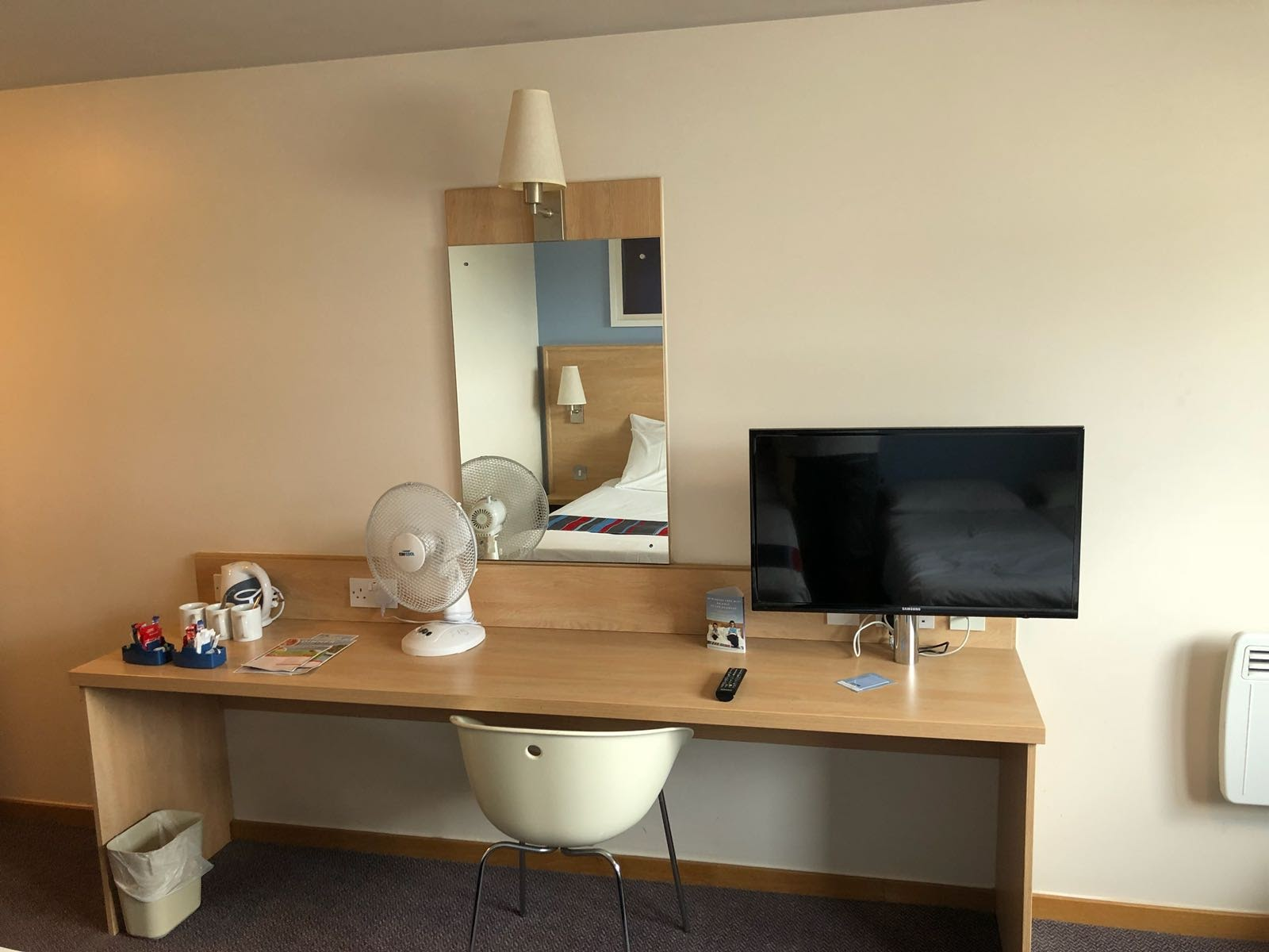 Are Travelodge SuperRooms worth it?  (Travelodge Windsor Central Review) - standard tv
