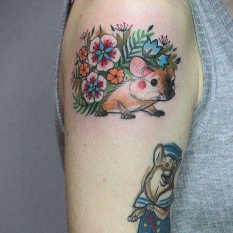 foto del tatuaje de un erizo para mujer