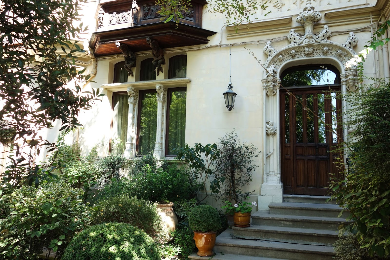 paris maison eymonaud une villa n o gothique montmartre 7 impasse marie blanche. Black Bedroom Furniture Sets. Home Design Ideas