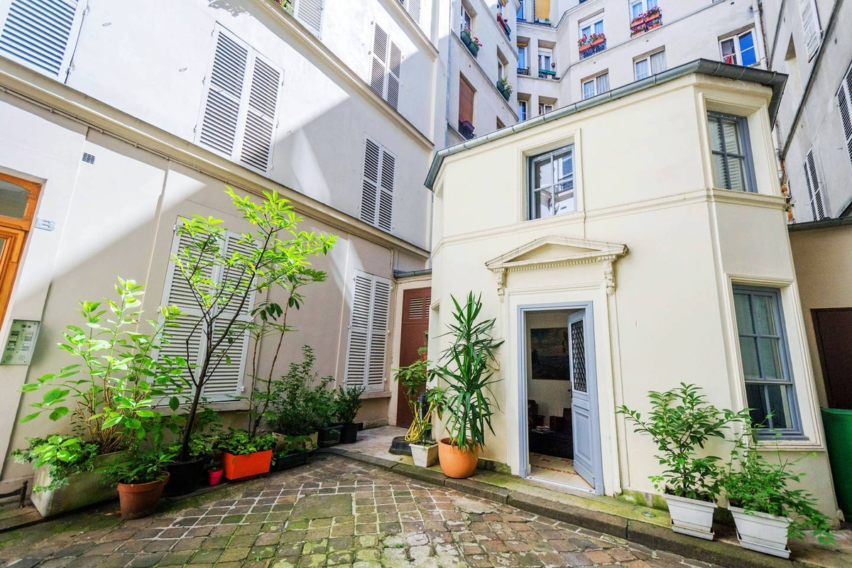 12-Airbnb-Architecture-in-Tiny-Cottage-in-Paris-Building-Courtyard-www-designstack-co
