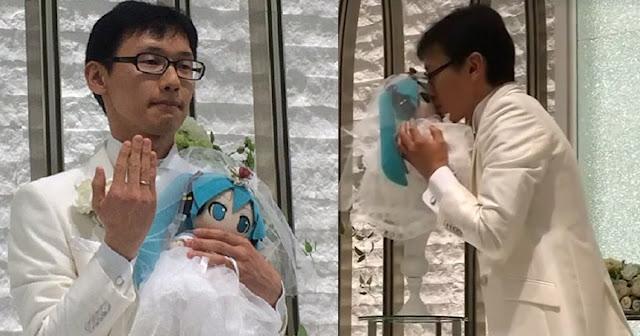 WATCH: Lalaki sa Japan Pinakasalan ang Isang Manika