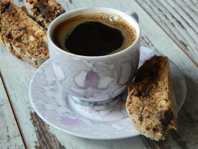Biscotti cu alune, cafea si bucati  de ciocolata