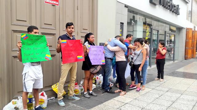 Venezolanos sin familia en Perú piden un abrazo de regalo por las calles