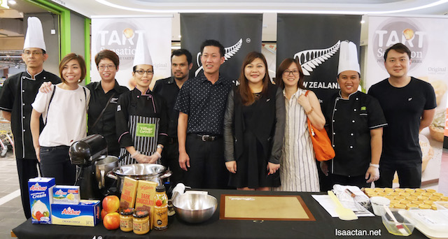 The good folks from Village Grocer and New Zealand Trade, with Chef May Foo, posing for the cameras