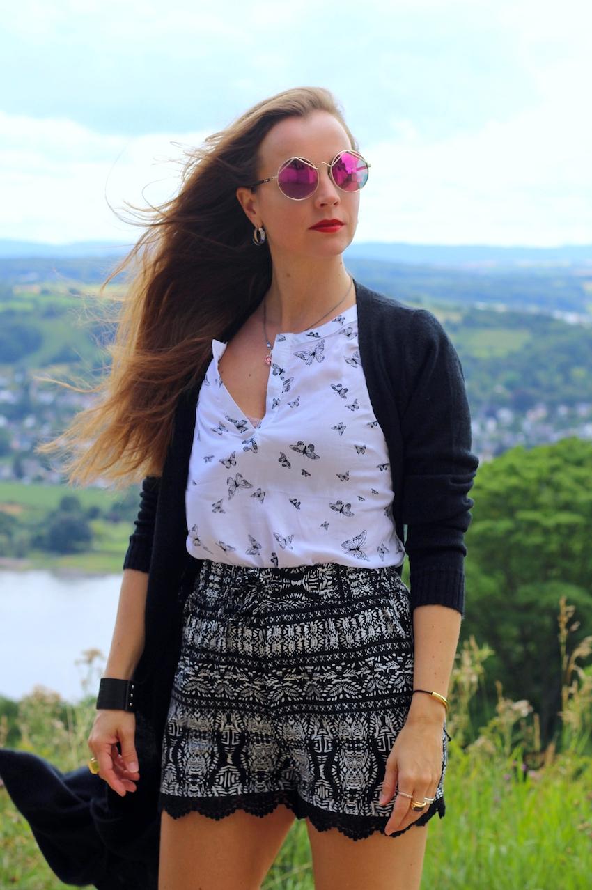 ausflug nach schloss drachenburg outfit mit jeans fritz runder sonnenbrille von le specs. Black Bedroom Furniture Sets. Home Design Ideas