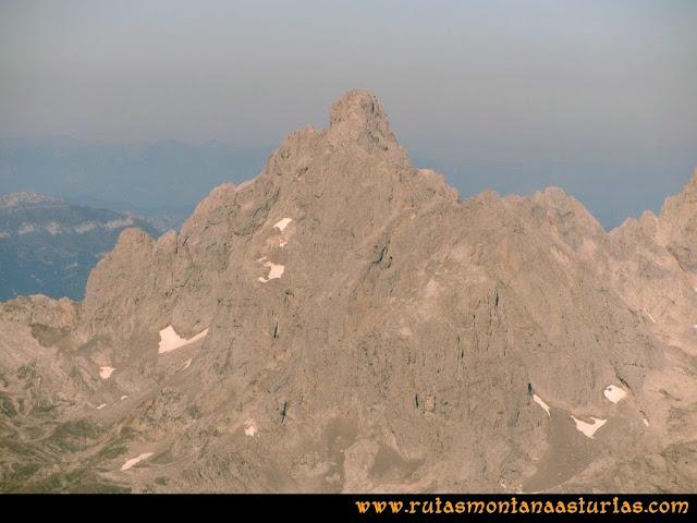 Ruta Cabrones, Torrecerredo, Dobresengos, Caín: Vista desde el Torrecerredo de la Peña Santa de Castilla