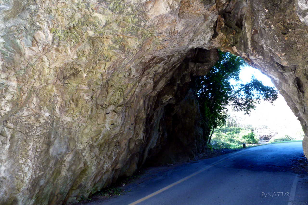 Túnel de Acceso a la Playa de Cuevas del Mar - Asturias