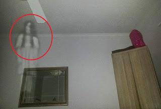 Kilatan Cahaya Putih Di Pojok Ruangan