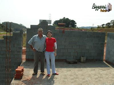 Bizzarri, da Bizzarri Pedras, com sua filha Katia Bizzarri, observando e orientando na construção rústica com eucalipto tratado com alvenaria de bloco de cimento.