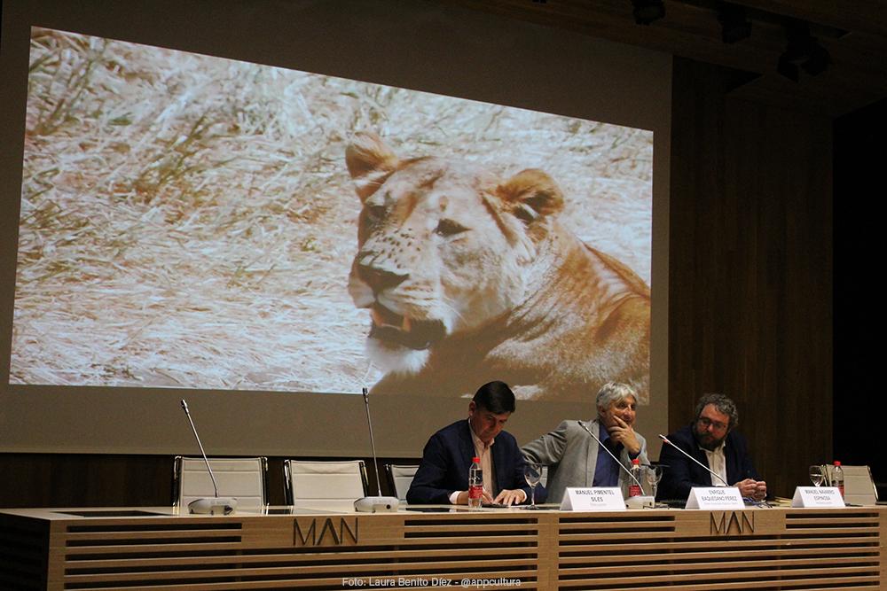 Enrique baquedano, director del Museo Arqueológico Regional, presentando las intervenciones de los autores.