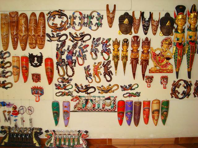 Изображение сувениров из дерева на стене отеля
