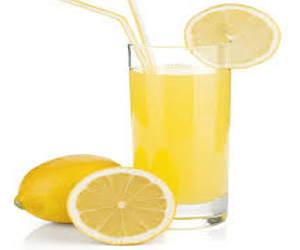 mengkonsumsi minum air lemon hangat membuat menjadikan gigi kuning