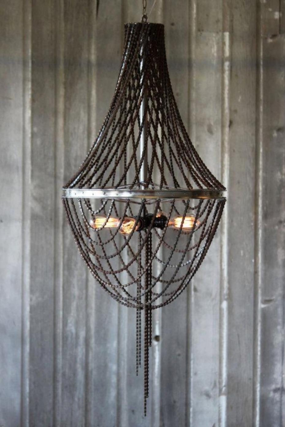 Lámpara hecha con cadenas de bicicleta y una llanta