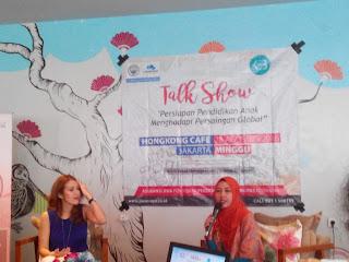 Founder KEB, Mira Sahid (kanan) sedang berbagi cerita