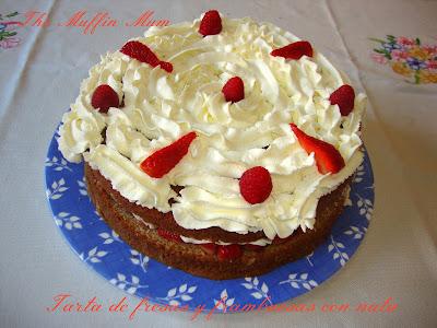 Tarta de fresas y frambuesas con nata