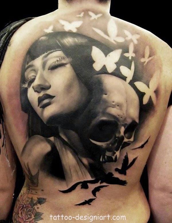 vemos a un modelo con un tatuaje de calavera