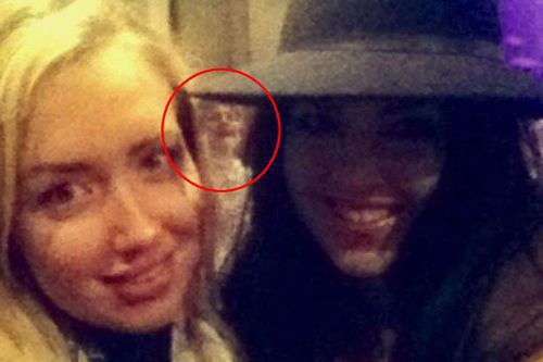 Heboh! Hantu Wanita `Numpang` Selfie di Foto