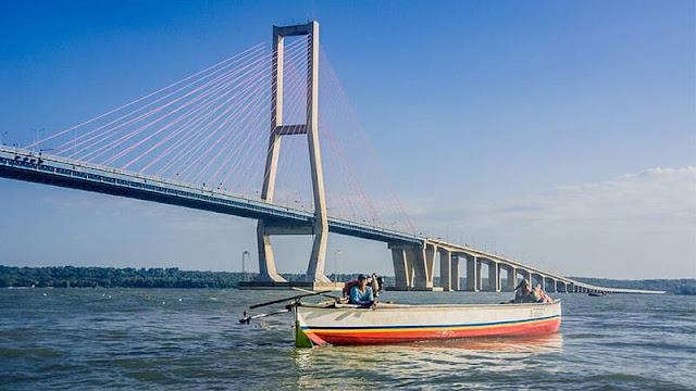 Naik Perahu di Jembatan Suramadu